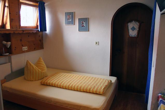Camera singola con letto alla francese.